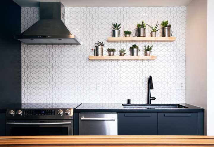 Combine a cor da bancada com a cor dos móveis da cozinha; só que para isso você vai precisar usar pedra sintética