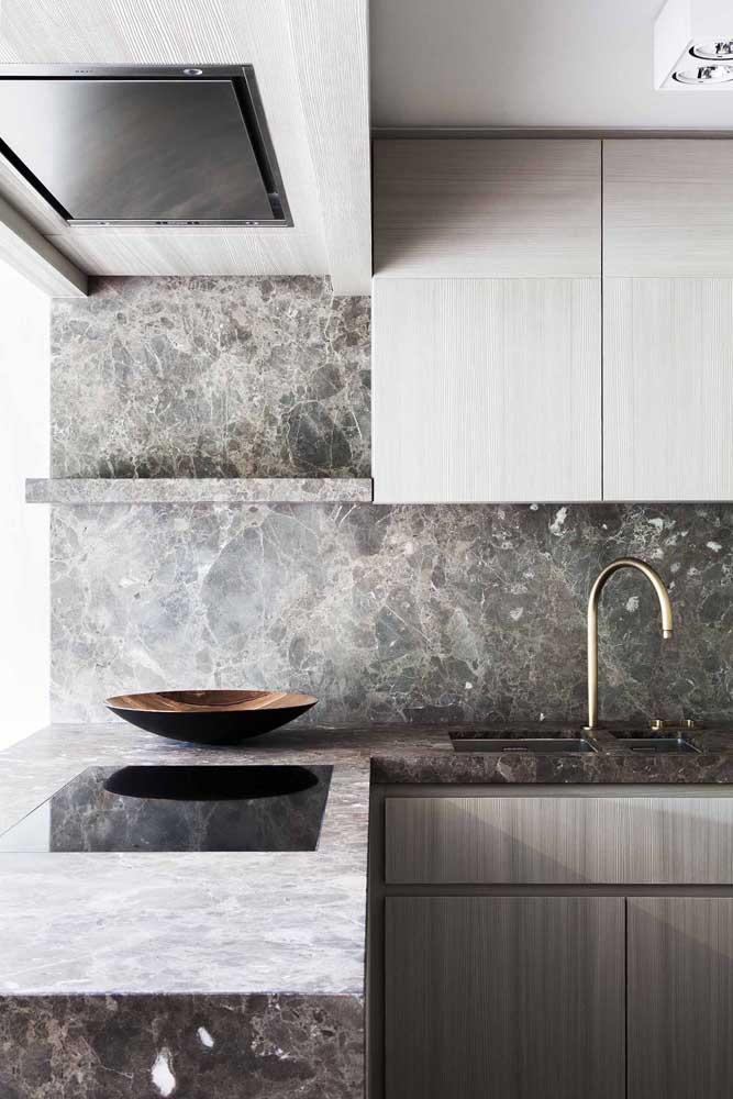 Linda inspiração de bancada de cozinha em formato L feita em mármore cinza