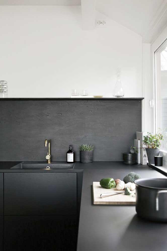 Bancada de cozinha em Silestone Preto absoluto para combinar com o armário embutido na mesma cor