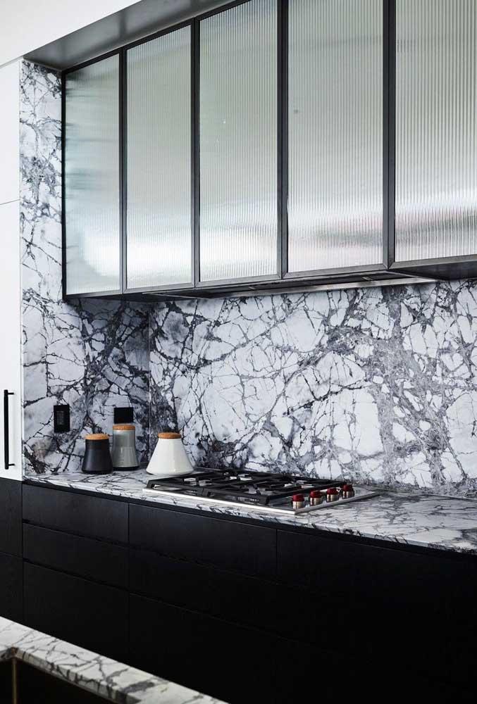 Os veios marcados do mármore não foram problema para essa bancada de cozinha