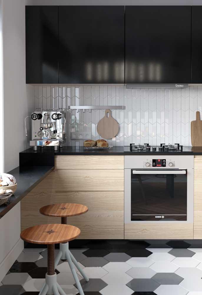 Cozinha planejada simples com bancada em Silestone preto