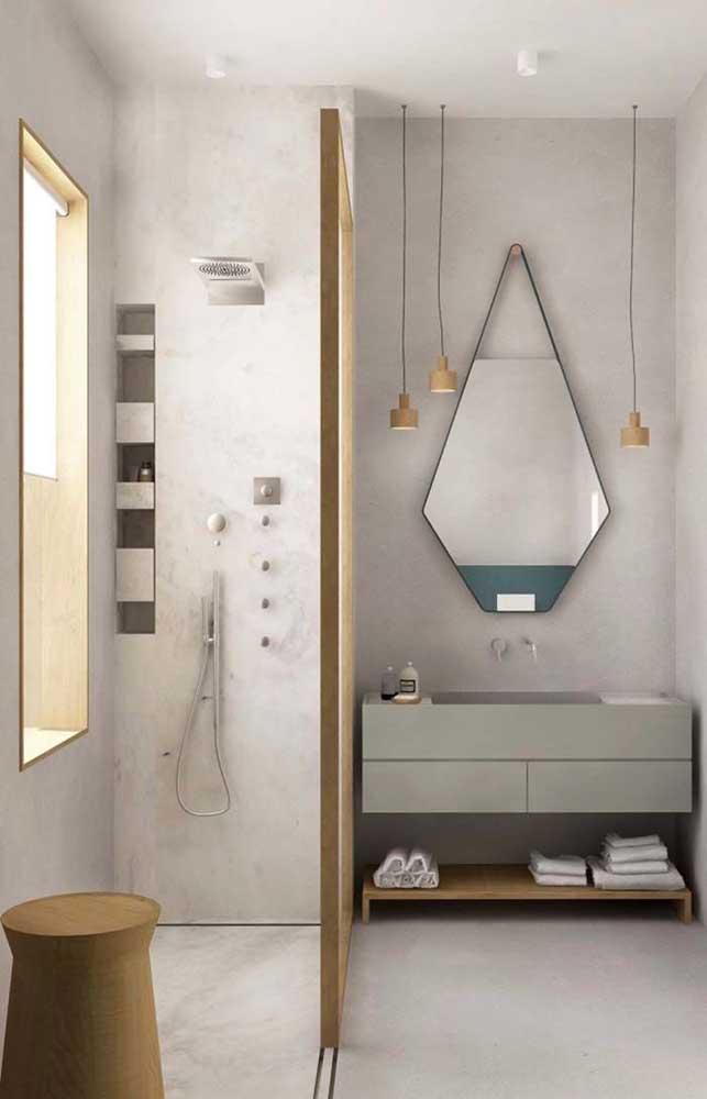 Banheiro decorado pequeno e moderno com acabamento em cimento queimado, detalhes em madeira e apenas itens funcionais na decoração