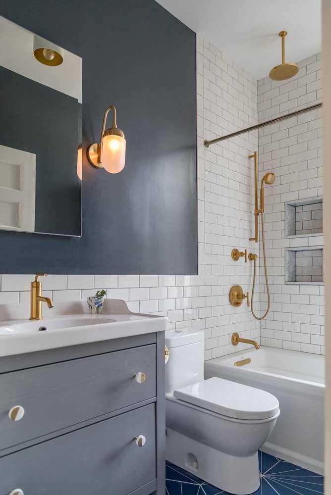 Dê uma atenção especial aos metais do seu banheiro, eles podem fazer toda a diferença na decoração, como esses da imagem em tom dourado