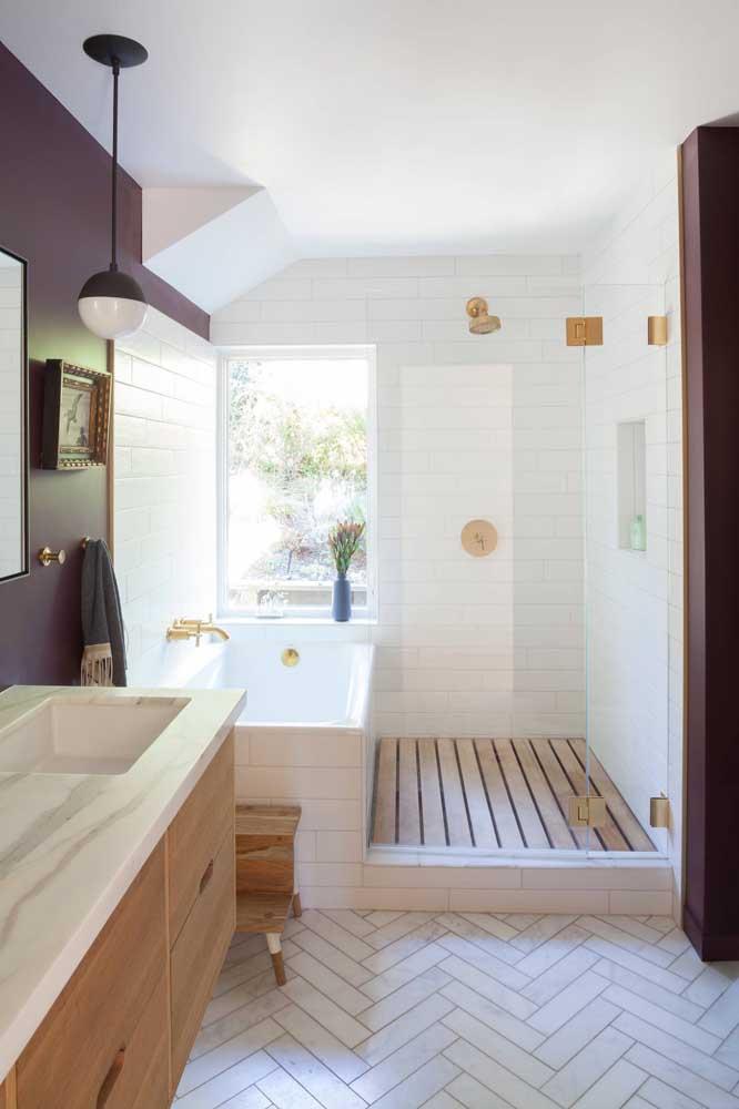 Já para quem tem a sorte de ter uma janela ampla no banheiro, vale a pena apostar em cores mais fortes, como nesse banheiro da imagem que traz um tom de vermelho profundo nas paredes