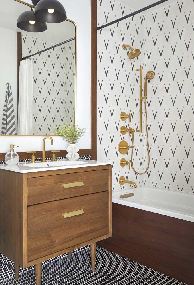 O gabinete em madeira com pés palitos trouxe um toque retrô para esse banheiro cheio de estilo