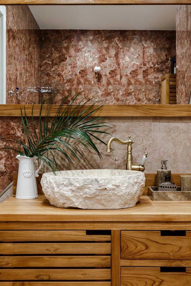 E por falar em estilo, olha essa cuba feita em pedra! Um visual rústico arrebatador complementado pelo mármore nas paredes e pela charmosa torneira vintage