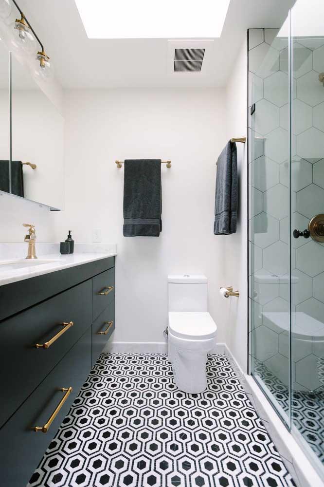 Elegante e moderno, esse banheiro investiu em peças pontuais para se destacar, como o piso preto e branco e os puxadores dourados