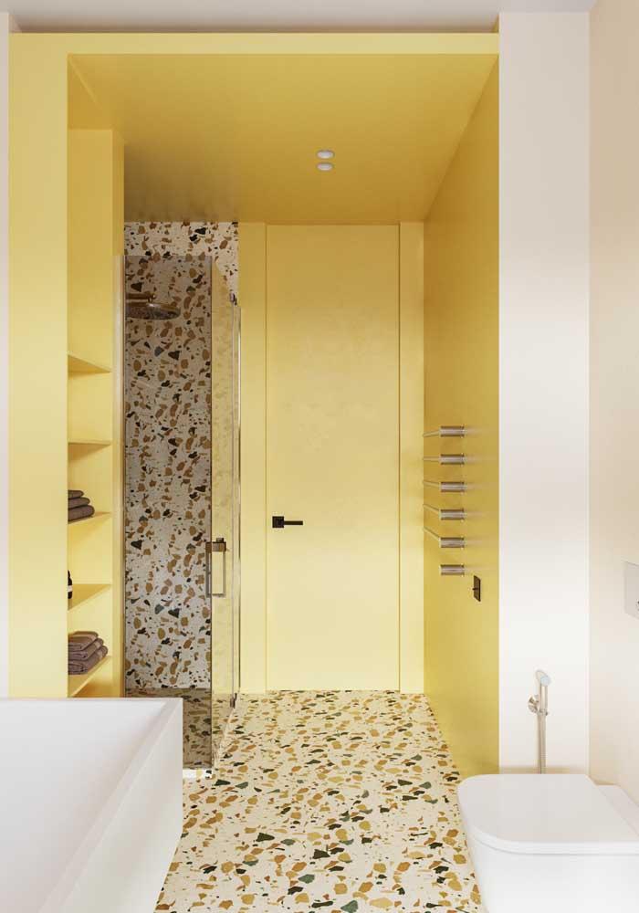 Um banheiro de paredes amarelas para aquecer e acolher quem chega