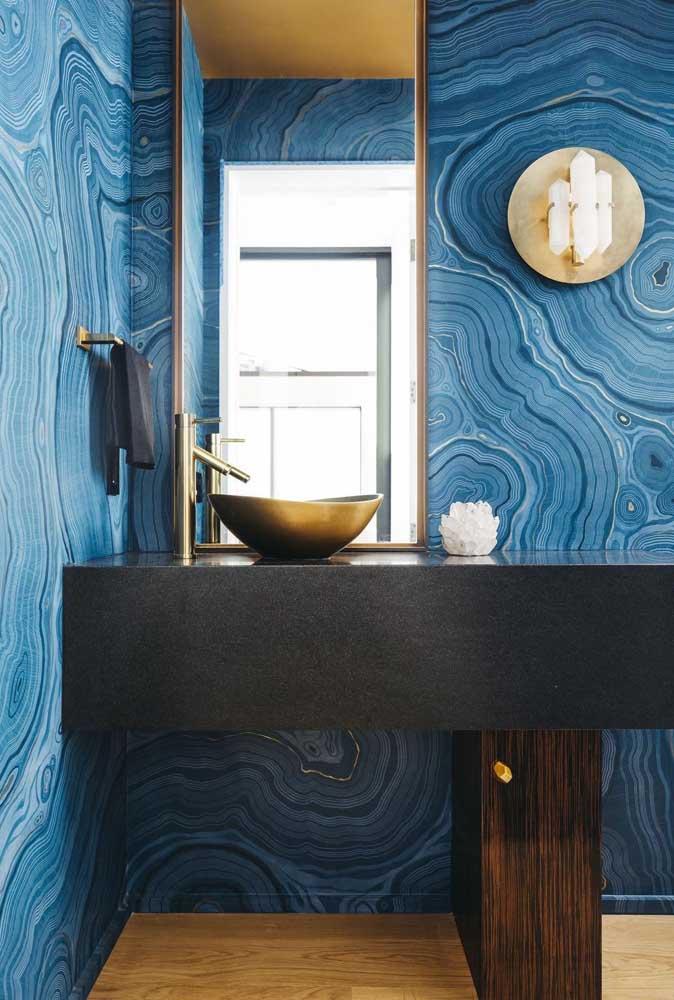 Que tal uma parede cheia de cor e movimento para o seu banheiro?