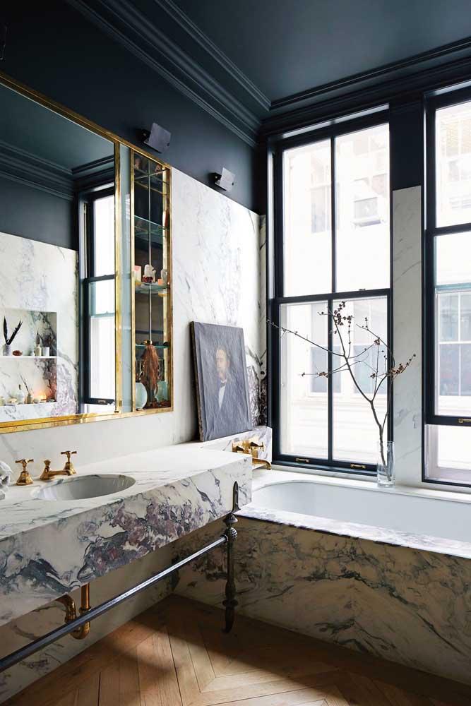 Sofisticado e cheio de personalidade, esse banheiro encanta pelos detalhes e pela combinação de cores, inclusive, vale destacar o teto pintado de preto, assim como as paredes