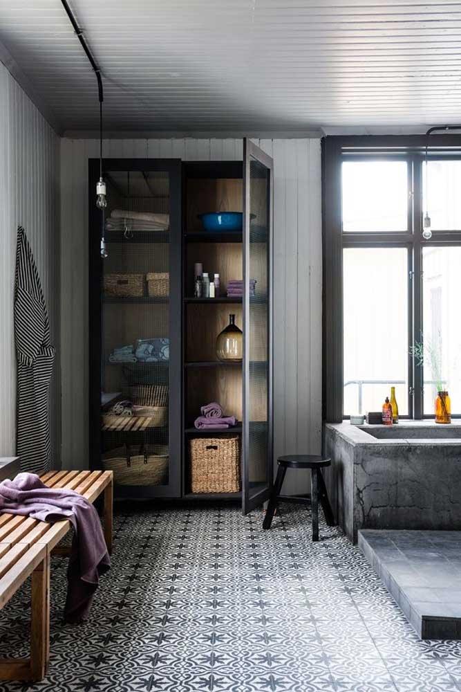 Esse banheiro amplo contou com um armário para deixar tudo organizado e a fácil alcance