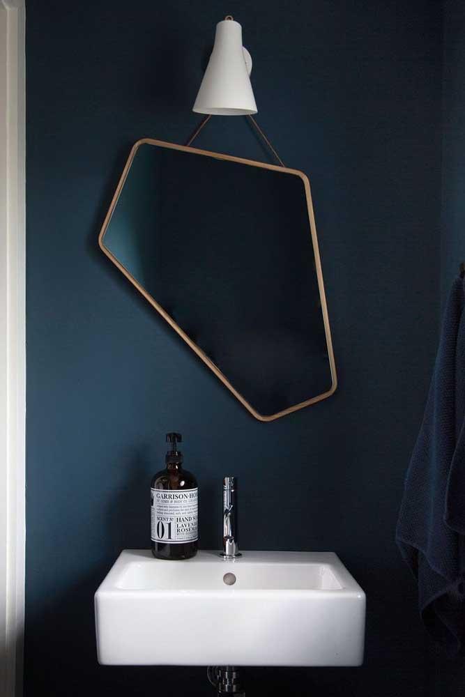 E o que acha de um espelho totalmente desigual para acompanhar a parede azul petróleo?
