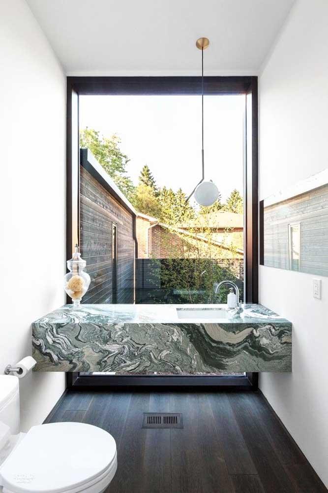 Uma parede toda de vidro no banheiro: é para você?