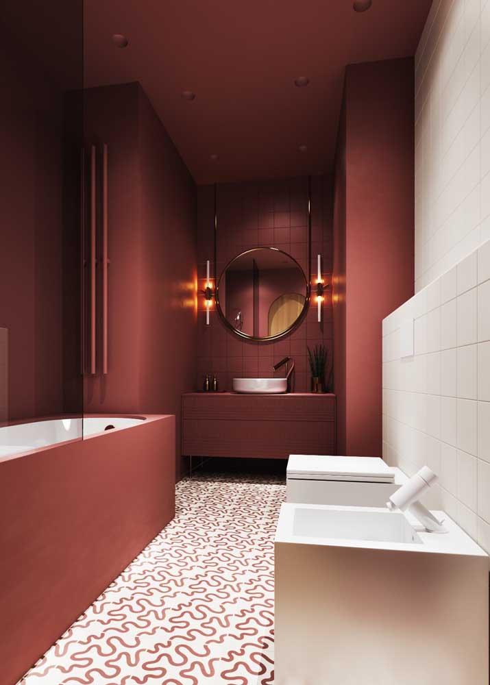 Banheiro moderno decorado em tons de vermelho e branco: intimista e acolhedor