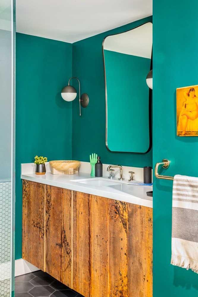 Uma boa pedida para fugir do branco tradicional é usar verde nas paredes do banheiro