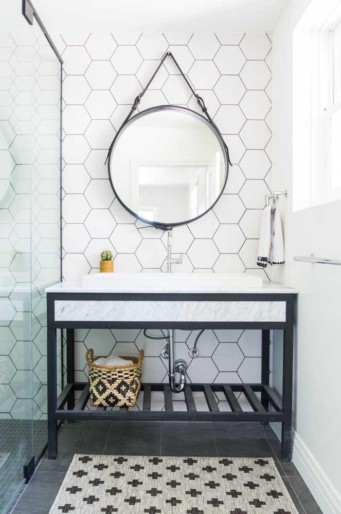 O espelho Adnet é uma boa pedida para quem quer renovar o visual do banheiro gastando pouco