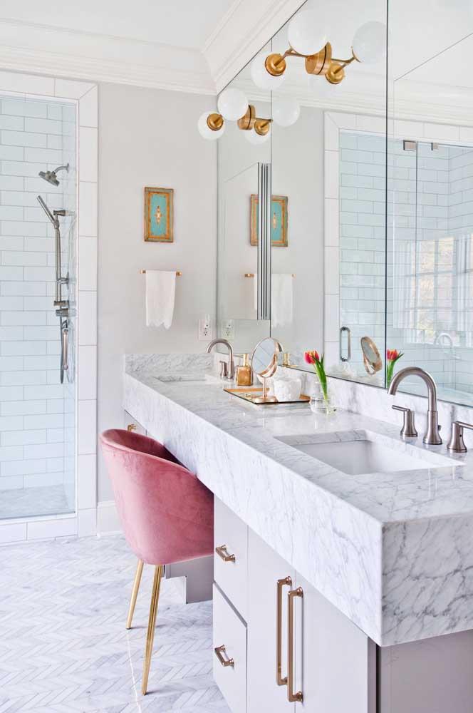 Banheiro moderno e elegante com espaço próprio para fazer a maquiagem