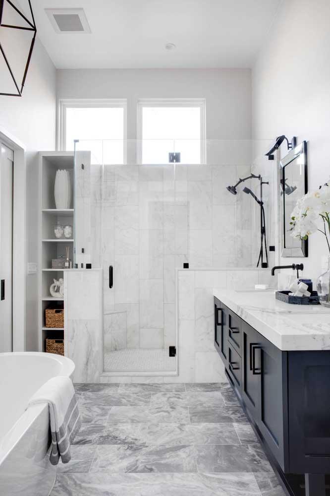 O cinza diluído em meio ao branco ficou incrível nesse banheiro de tamanho médio