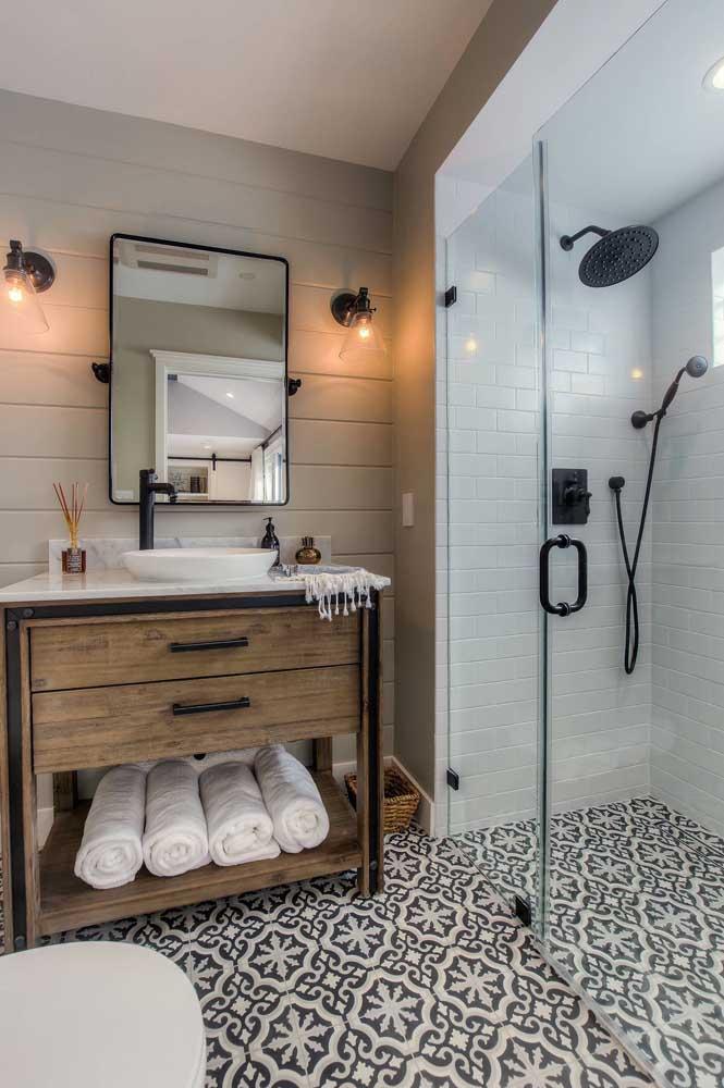 Azulejos de metro na parede e ladrilhos hidráulicos no chão: nesse banheiro, os revestimentos dão o tom da decoração
