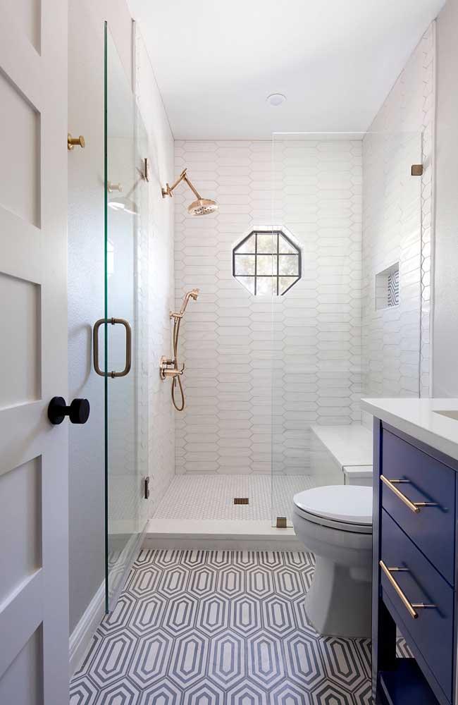 Esse pequeno banheiro em tons de branco e preto trouxe um armário azul royal para ser o destaque do ambiente