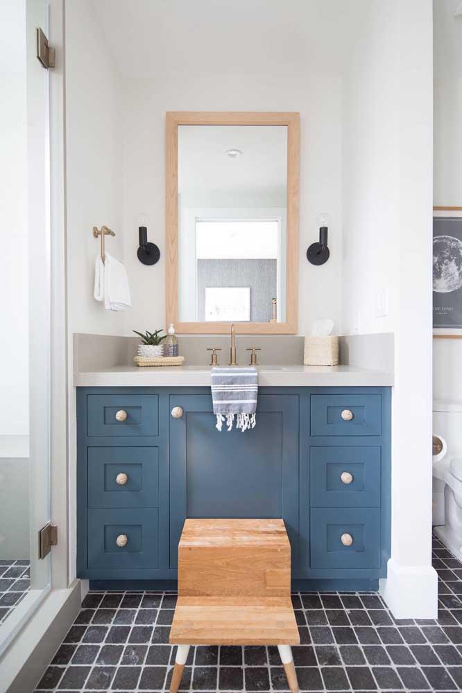 Banheiro pequeno decorado de modo simples, mas muito funcional