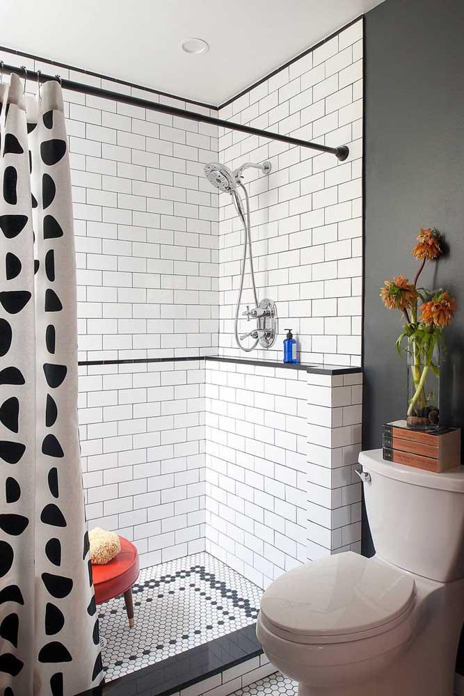 Nesse outro banheiro pequeno, o revestimento cerâmico integra apenas a área do banho