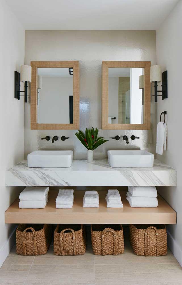 Os cestos de vime são uma ótima pedida para decoração de banheiros, além de bonitos, eles são muito úteis para organizar os itens do dia a dia