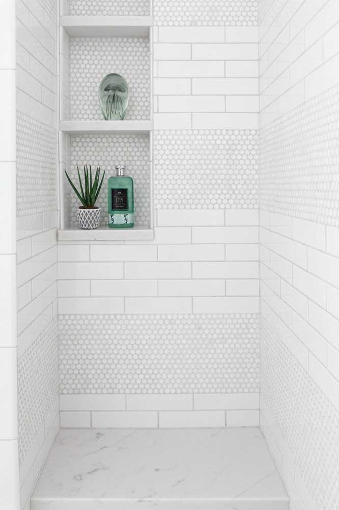Pastilhas, azulejo de metro e mármore: um pouco de cada revestimento dentro da área do box do banheiro