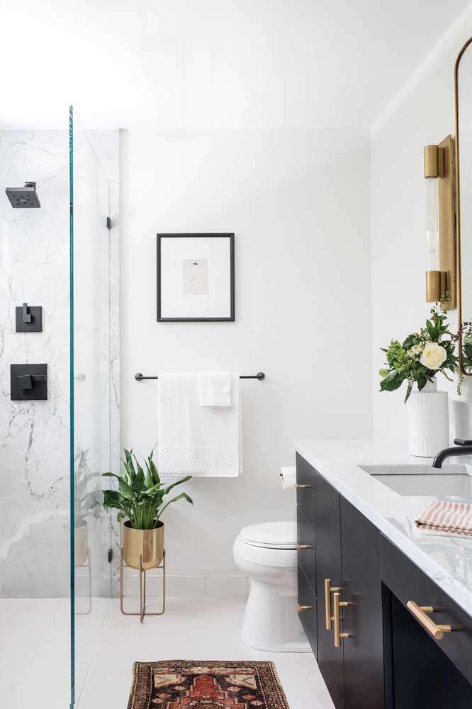 Um banheiro pequeno, simples, mas decorado com muito bom gosto e estilo