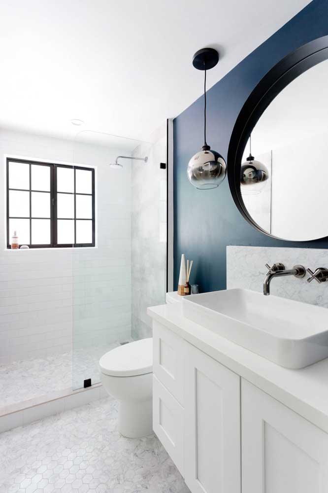 Azul petróleo na parede do banheiro: uma excelente alternativa ao preto