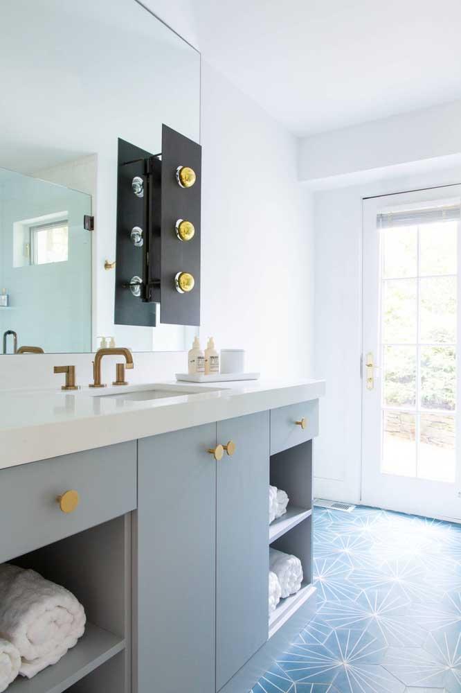 Aqui nesse banheiro, o destaque vai para as luzes acopladas ao espelho