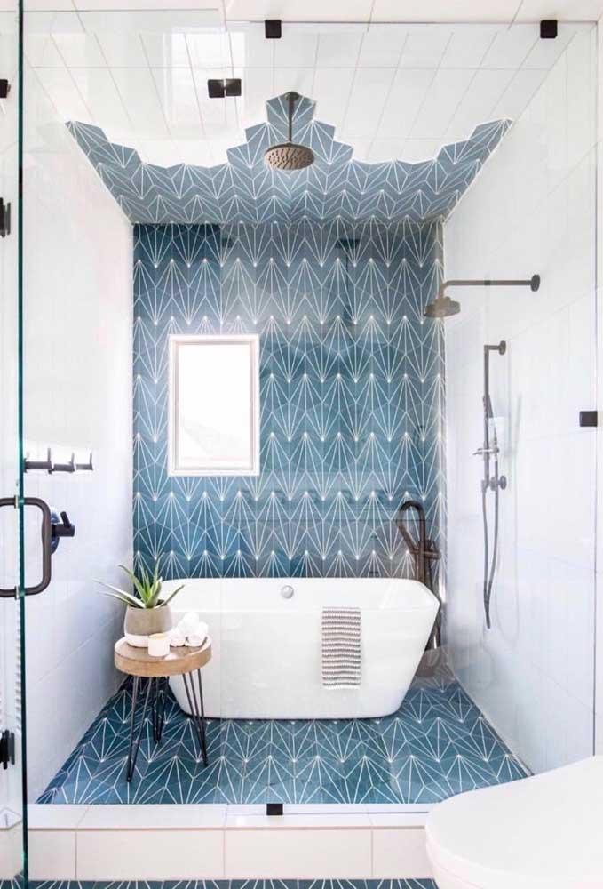 Uma ideia que vale a pena se inspirar: aqui, o revestimento azul sobe até o teto acabando de modo irregular