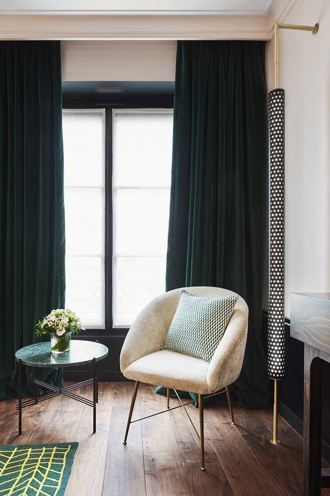 Cortina para sala em veludo verde escuro: nível máximo de elegância e sofisticação; repare que o cortineiro contribui para esse resultado