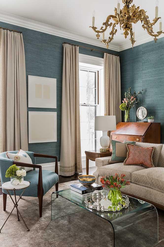 Já aqui a ideia foi destacar a cortina da parede, para isso foi usado um tecido de cor clara, mas que se ajusta a tonalidade do sofá