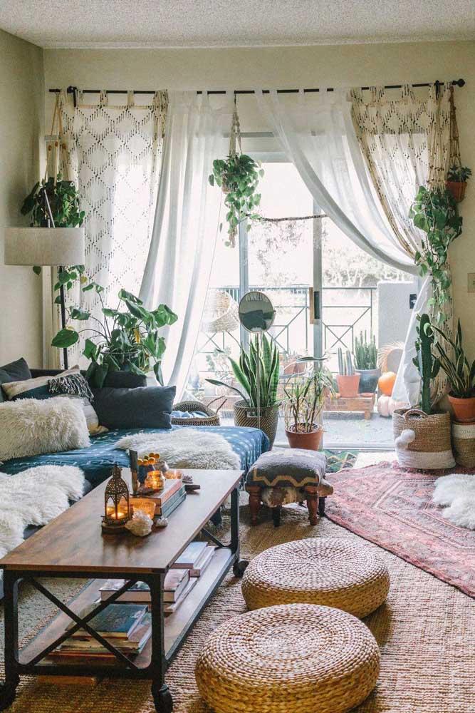 A cortina sempre acompanha o estilo da decoração; nessa sala, por exemplo, o estilo boho pede por uma cortina de tecido natural