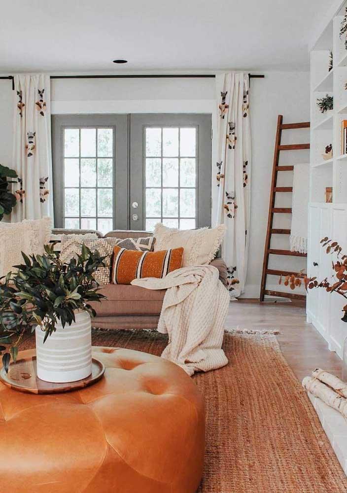 A delicada estampa floral dessa cortina conversa muito bem com a proposta boho de decoração