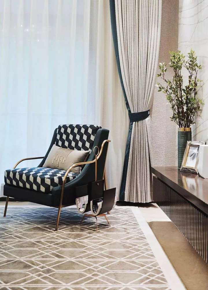 A cortina com três camadas conta com uma braçadeira em tecido que modifica o desenho da peça na parede, deixando-a com um aspecto clássico