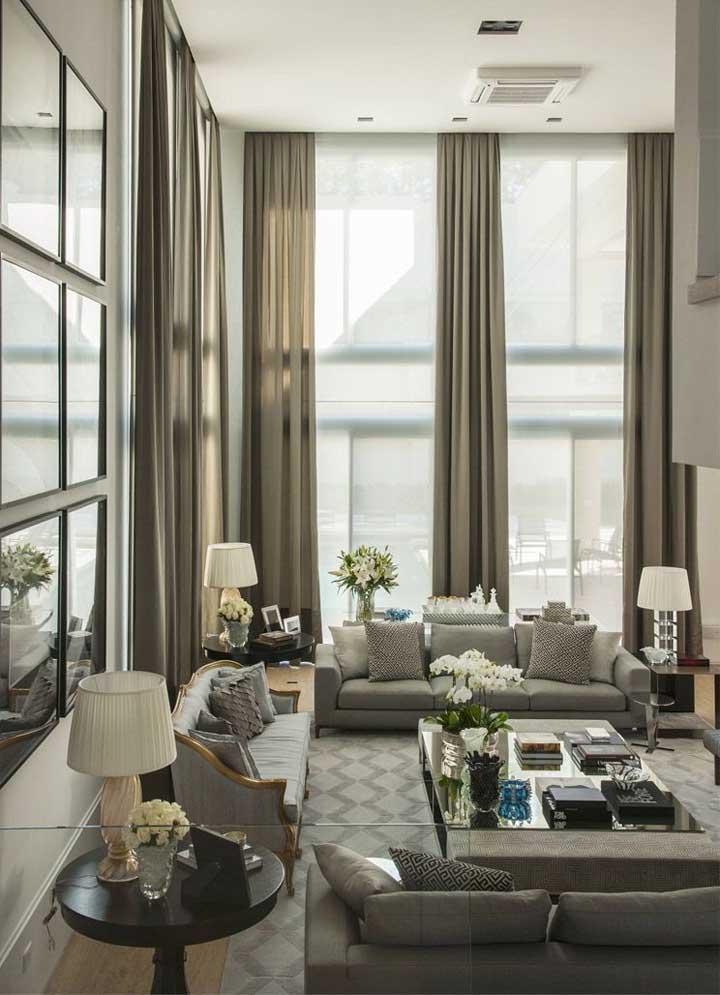 As cortinas têm o incrível poder de alongar ainda mais o pé direito da casa; ideal, portanto, para quem tem uma casa com pé direto baixo
