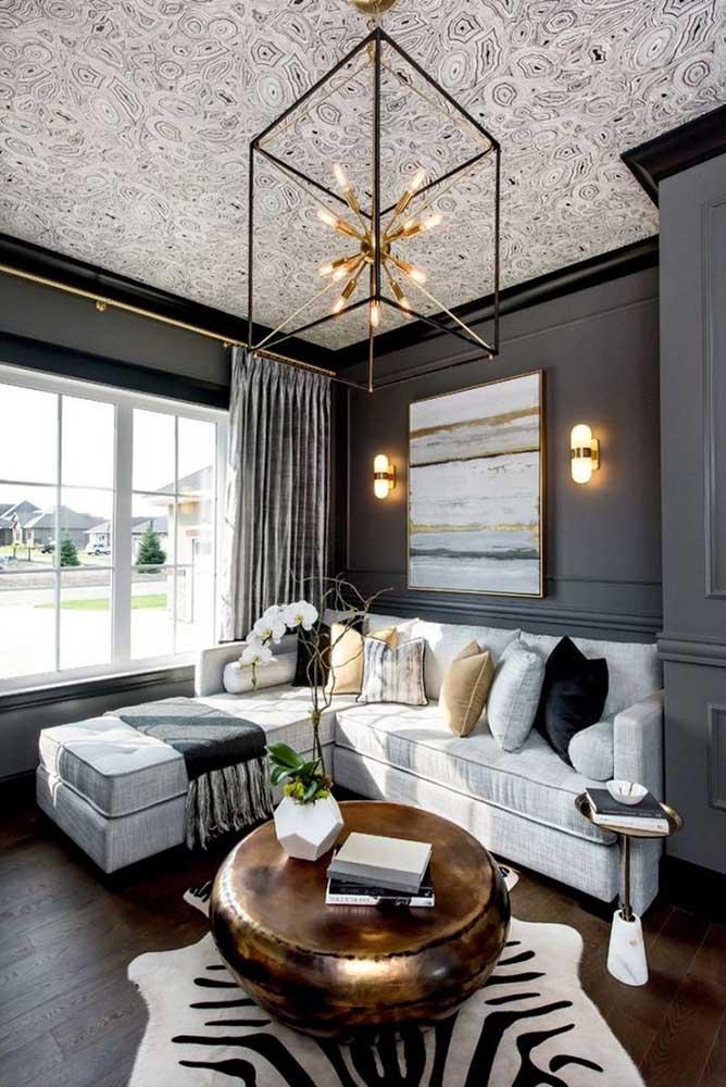 A sala moderna, com teto desenhado, trouxe uma cortina estampada nos mesmos tons da decoração; assim não tem briga para ver quem pode mais