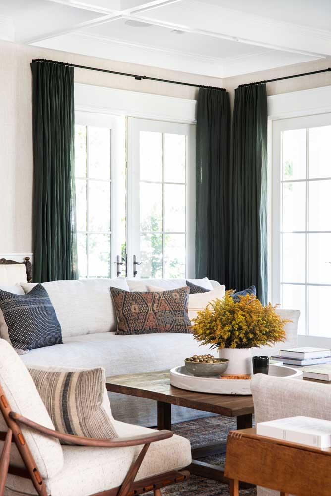 Decorações neutras podem apostar em um tom diferenciado para a cortina, sem fugir da proposta, como o verde ou azul, tons que beiram a neutralidade