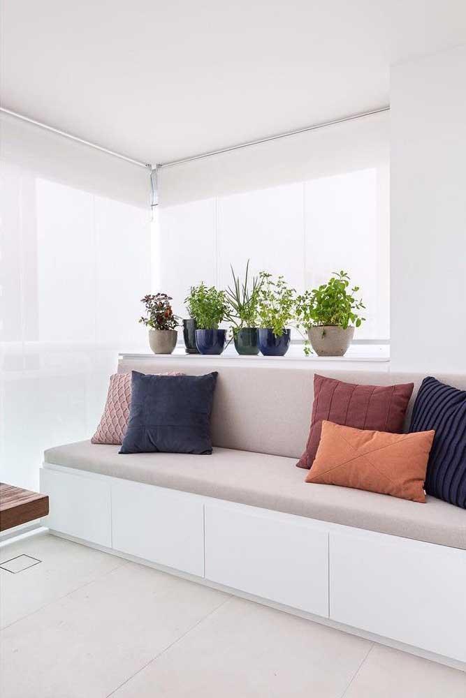 Se você deseja ficar no campo da discrição, opte por uma persiana romana branca; o modelo é elegante e neutro