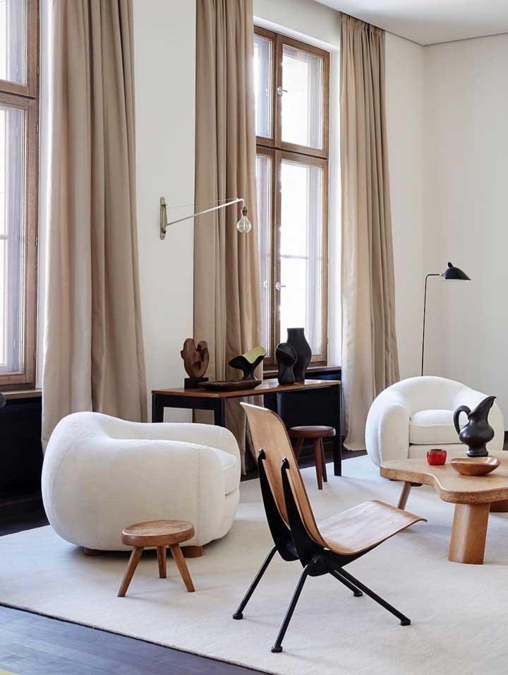 Cortinas para sala beges são um clássico na decoração, especialmente quando vem combinadas a paredes brancas e moveis de tons semelhantes