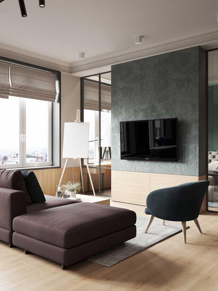 Sala moderna com persiana romana; repare que o uso da persiana não precisa se estender até o chão, justamente por ser uma opção mais moderna de decoração
