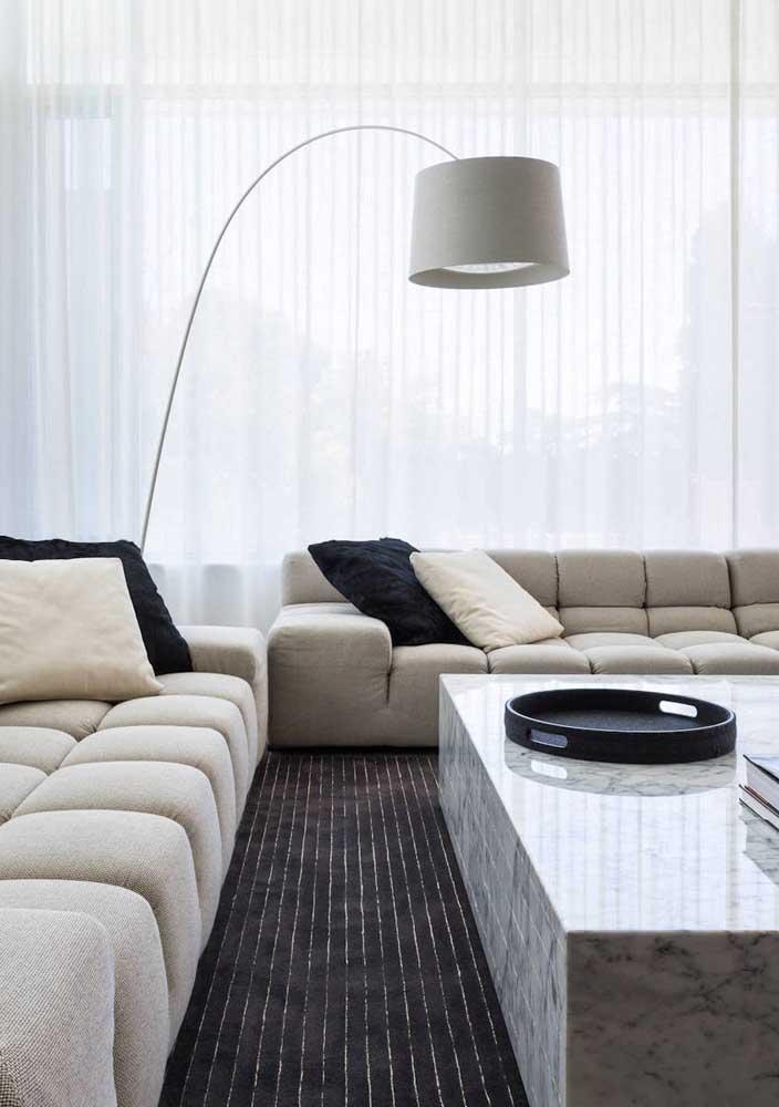 Decoração de sala moderna e minimalista fica perfeita com cortina branca de voil