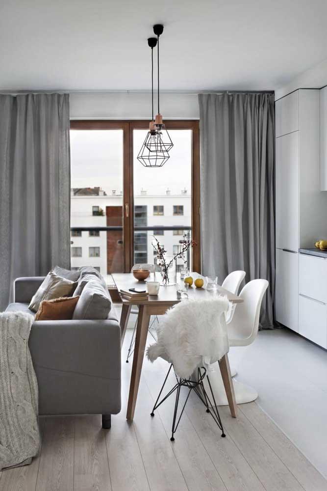Aqui, a cortina cinza se harmoniza diretamente com o sofá no mesmo tom