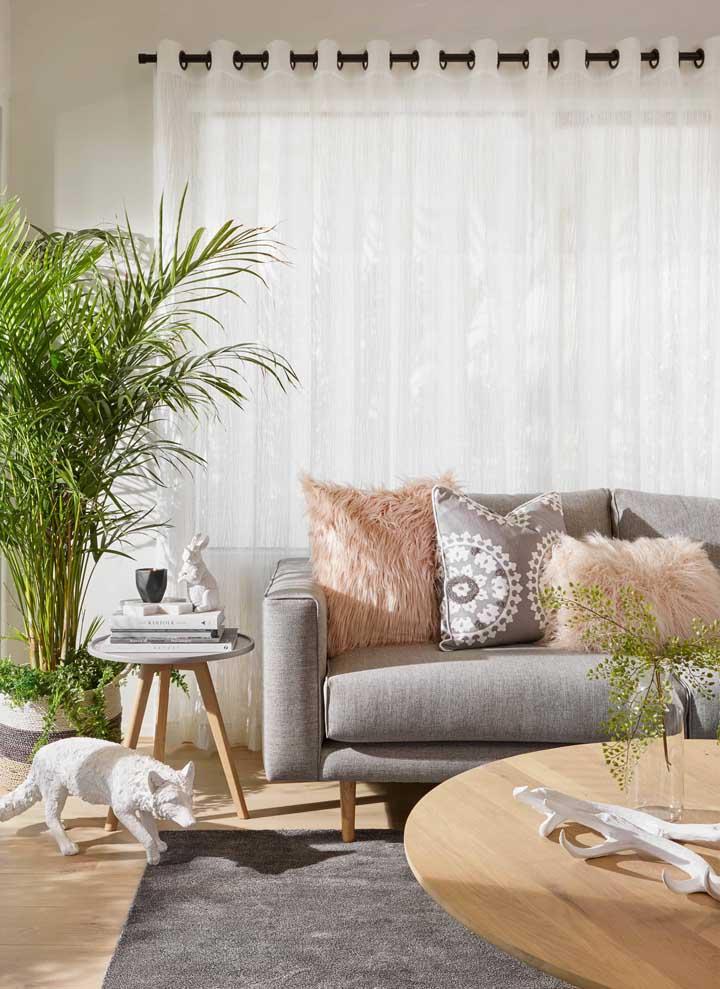Modelo simples e barato de cortina para sala: esse tipo de cortina suspensa pelo varão e com argolas pode ser facilmente encontrada pronta para vender