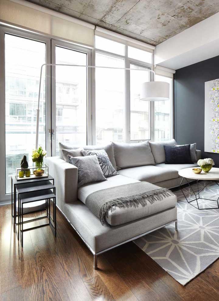 A persiana de rolo reforça o conceito moderno da sala de estar