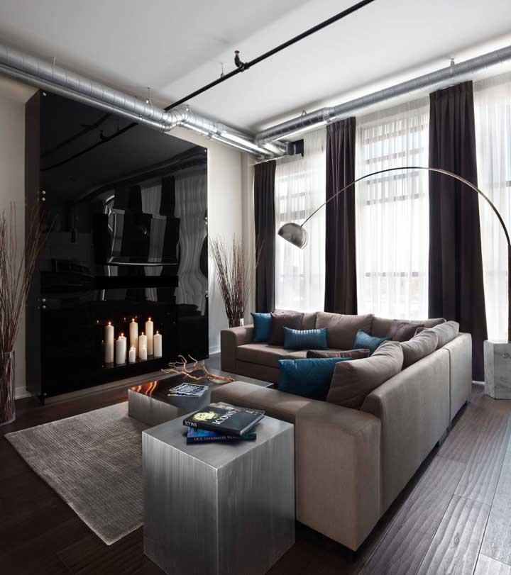 Sala moderna e industrial com cortina blecaute