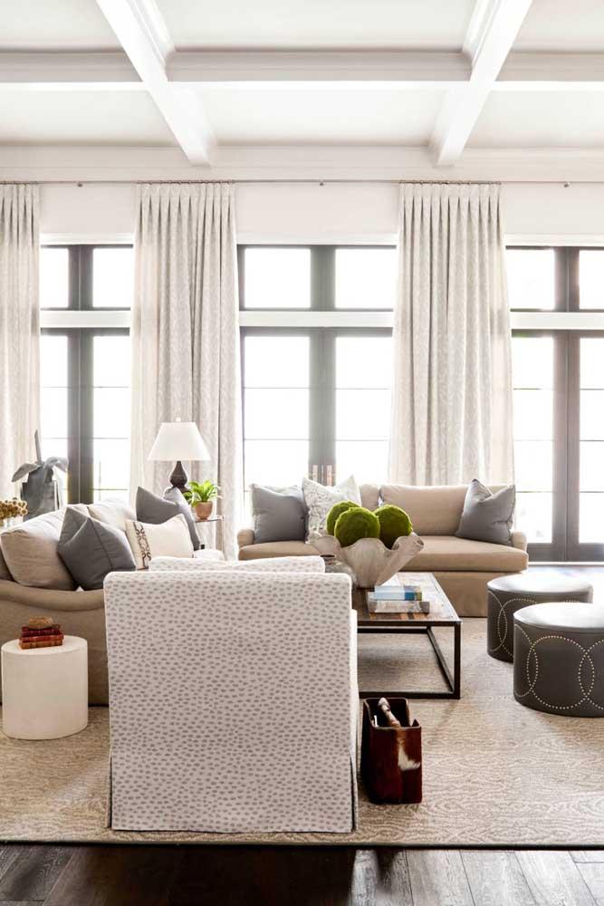 O tecido encorpado e levemente estampado da cortina bloqueia a luminosidade abundante que vem da janela