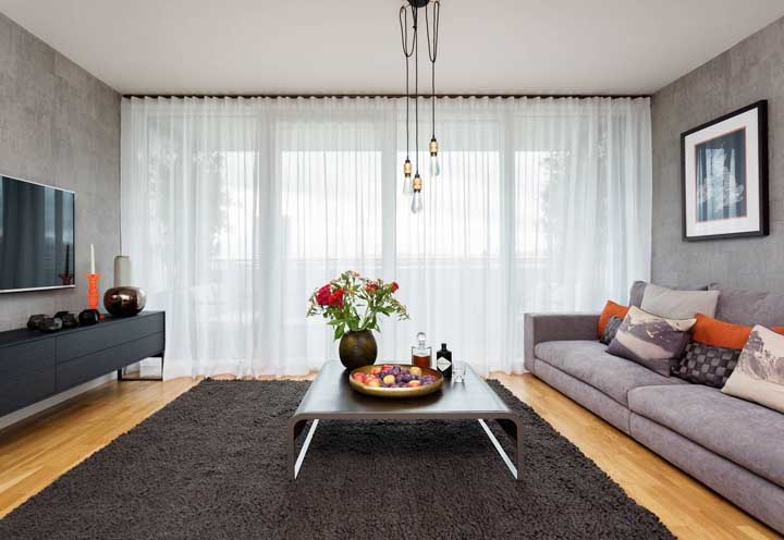 Essa cortina para sala branca e simples demonstra como a peça tem potencial decorativo e funcional no ambiente